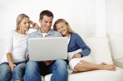 Šeima ant sofos